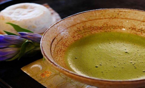 Il tè verde matcha, giapponese, si consuma polverizzato