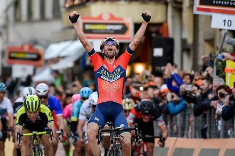 Vincenzo Nibali Alza le braccia al cielo per la vittoria alla Milano Sanremo
