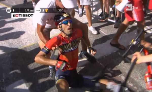 Sull'Alpe d'Huez vince Thomas, Nibali buttato giù da una moto viene atteso dai big e limita i danni