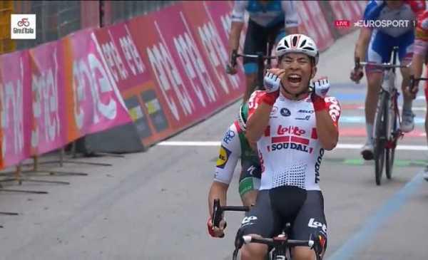 Giro 102: a Pesaro è l'ora di Ewan, secondo Viviani. Conti ancora in Rosa